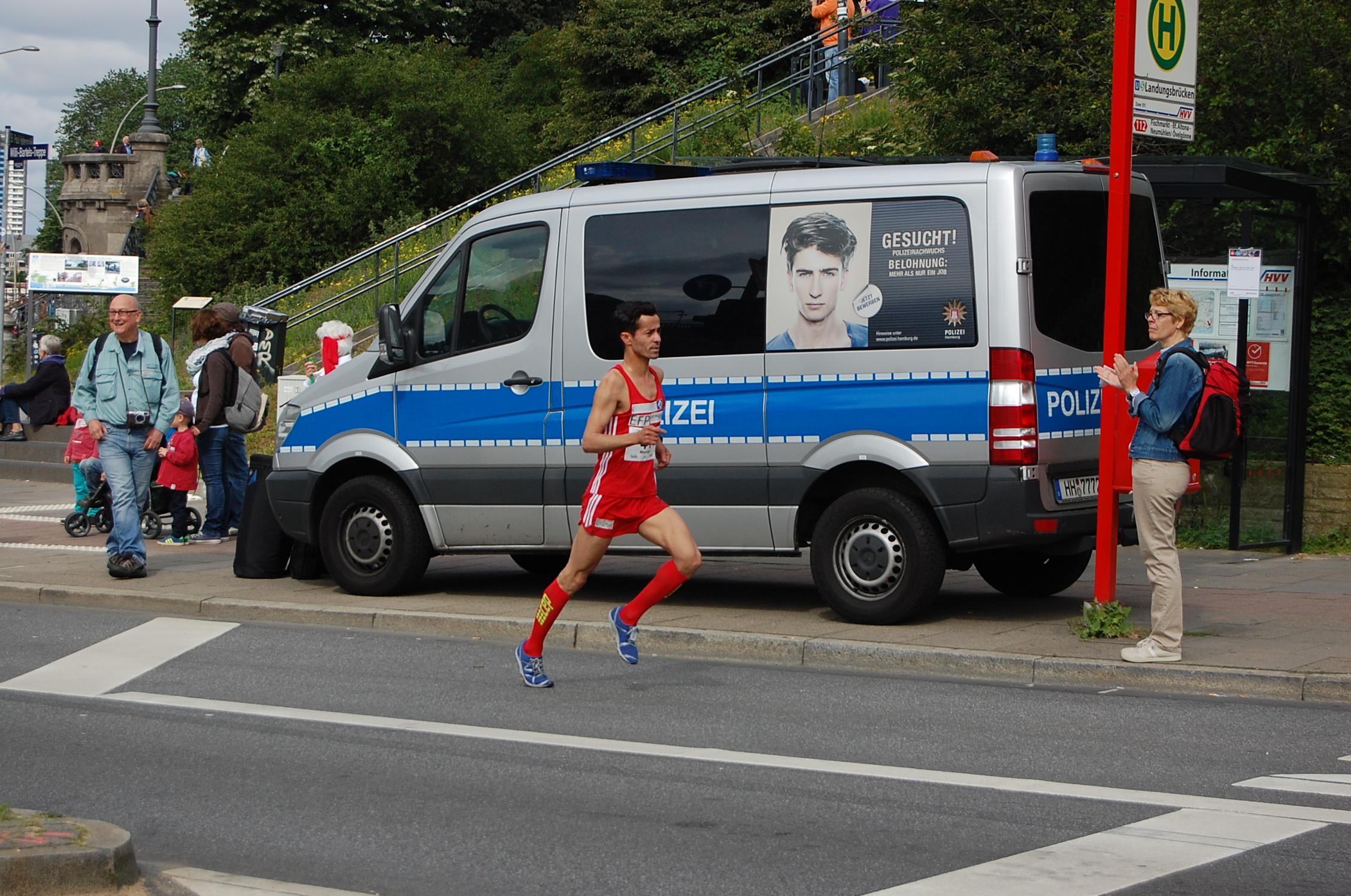 21. hella Halbmarathon: Läufer bis 1:30 vor dem Anstieg Helgoländer Allee