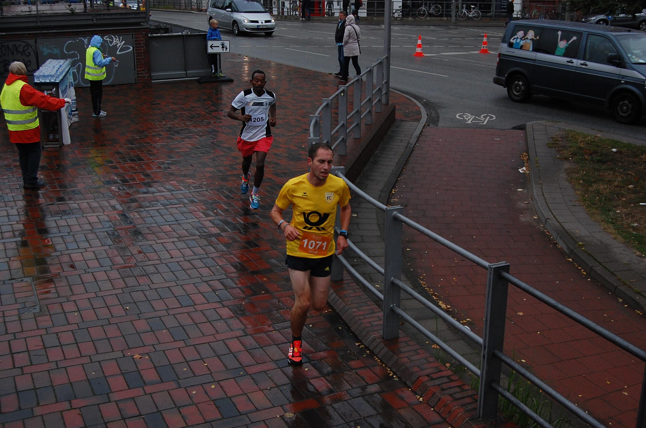 15. Speicherstadtlauf und Deutsche Betriebssportmeisterschaften 10 km: fast alle Läufer Langstrecke ca. km 2,7 (Getränkestand)